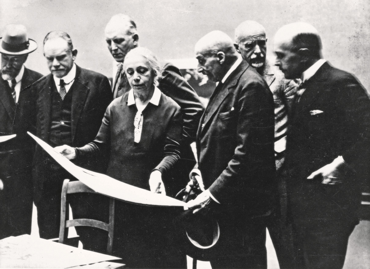 Jury for the autumn exhibition at the Prussian Academy of Art examining the works submitted, from left to right: Philipp Franck, August Kraus, Käthe Kollwitz, Max Liebermann, Fritz Klimsch and Ulrich Hübner, 1927, photographer unknown, Kollwitz estate © Käthe Kollwitz Museum Köln