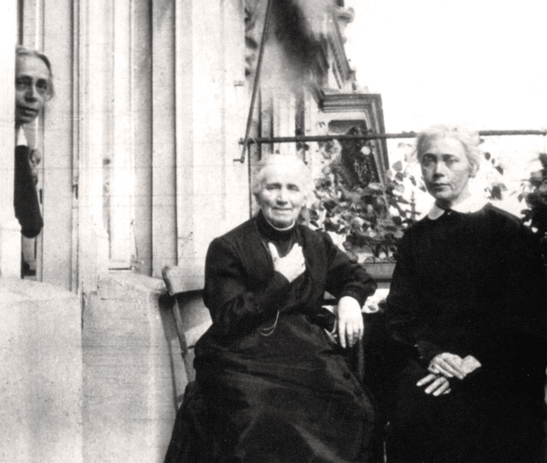 The artist's mother Katharina Schmidt (1837-1925) with her daughters Käthe (left) and Lise (right) on the balcony in the flat at Weissenburger Strasse, c 1920, photographer unknown, Kollwitz estate © Käthe Kollwitz Museum Köln