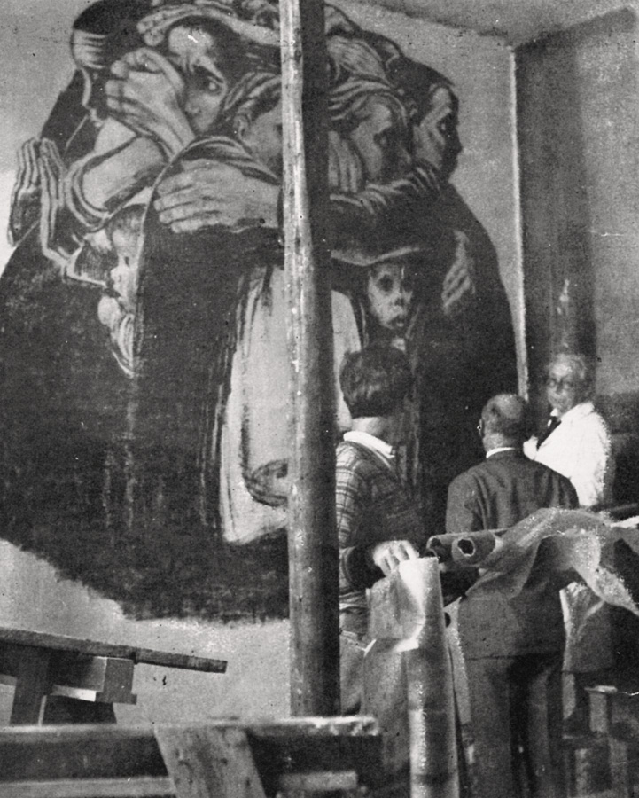 The artist supervises the installation of her work »Mothers« from the War cycle as a graffiti installation in the building of the Workers' Welfare Association, Saarbrücken, 1930 (no longer extant), photographer unknown, Kollwitz estate © Käthe Kollwitz Museum Köln