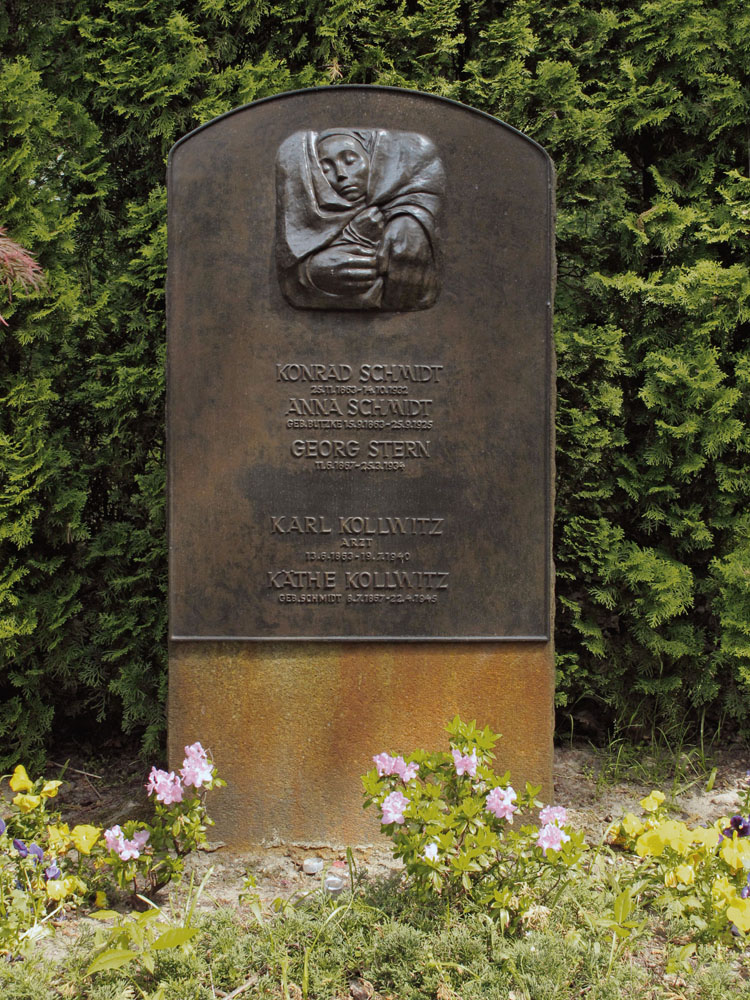 Käthe Kollwitz, family tomb with the relief »Rest in the Peace of His Hands«, 1935/36, bronze, installed 1936, cemetery Berlin Friedrichsfelde, photo: Hohlfeld © Ullstein